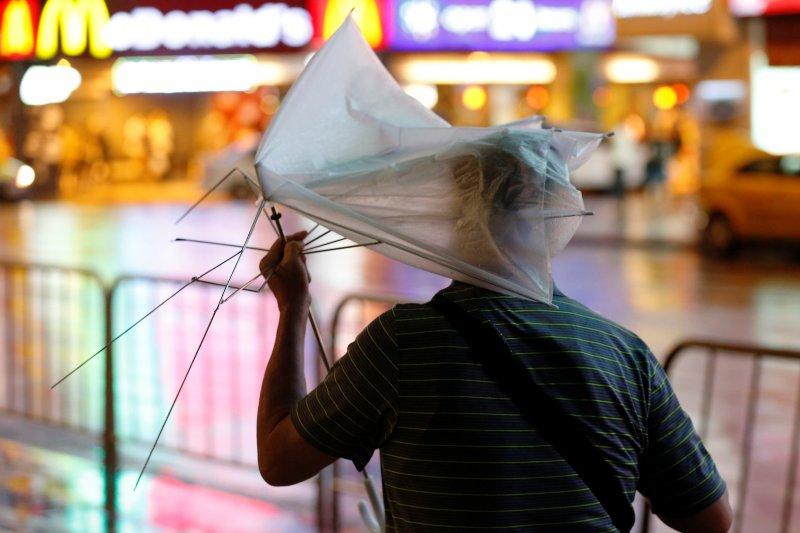 Fırtına Hong Kong'da insanları uçurdu 1