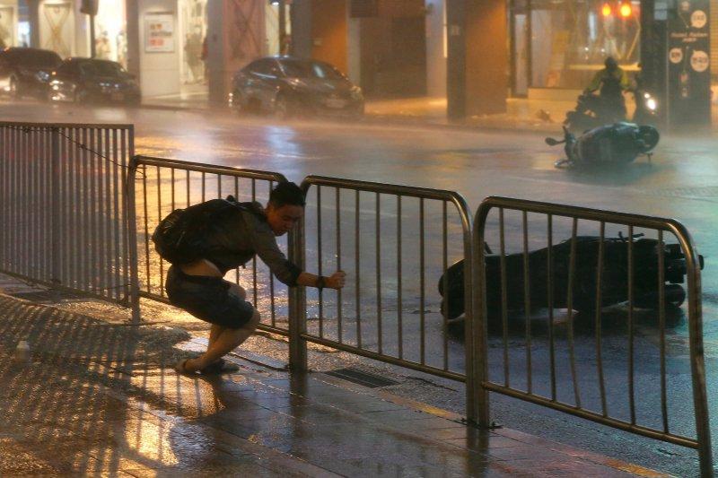 Fırtına Hong Kong'da insanları uçurdu 10