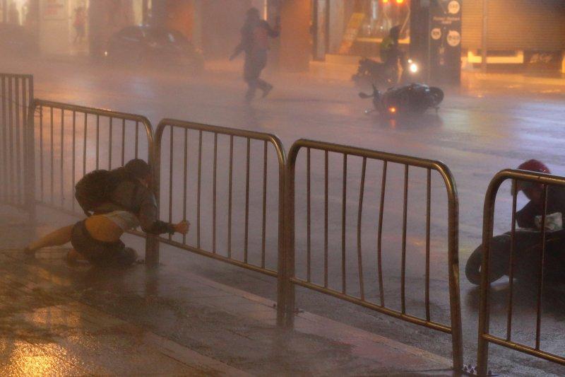 Fırtına Hong Kong'da insanları uçurdu 11