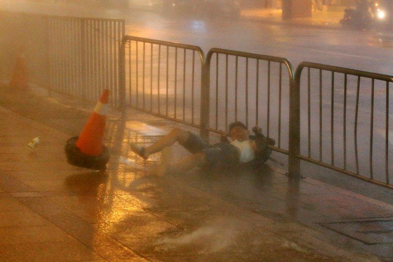 Fırtına Hong Kong'da insanları uçurdu 12