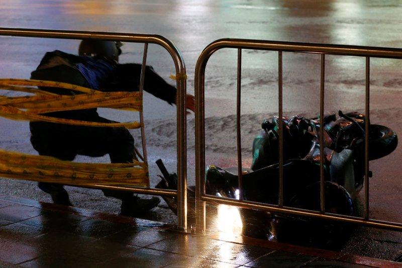Fırtına Hong Kong'da insanları uçurdu 3