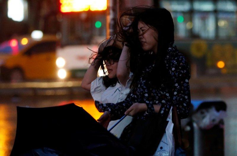 Fırtına Hong Kong'da insanları uçurdu 4