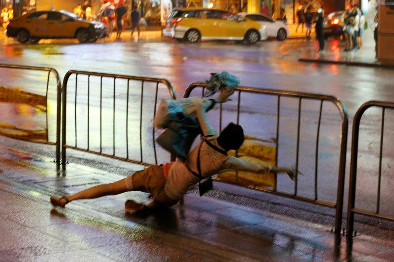 Fırtına Hong Kong'da insanları uçurdu 5