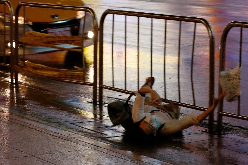 Fırtına Hong Kong'da insanları uçurdu 7