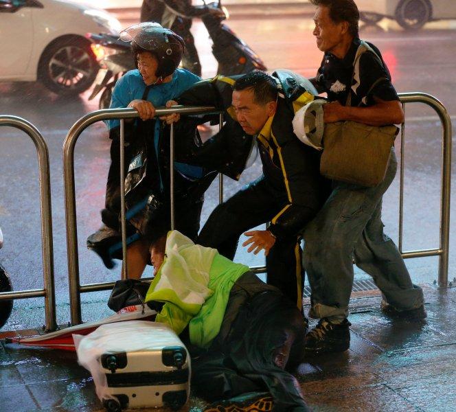 Fırtına Hong Kong'da insanları uçurdu 8
