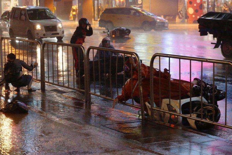 Fırtına Hong Kong'da insanları uçurdu 9