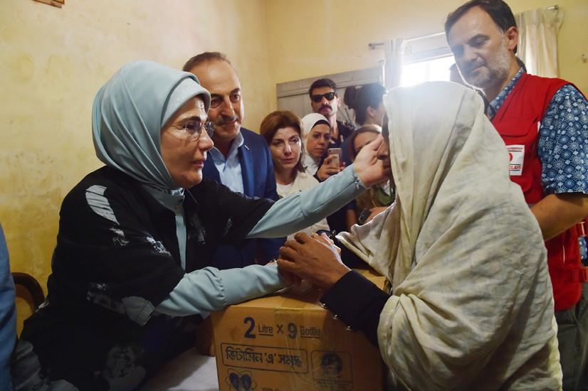 Emine Erdoğan, Arakanlı Müslümanlara Yardım Dağıttı 3