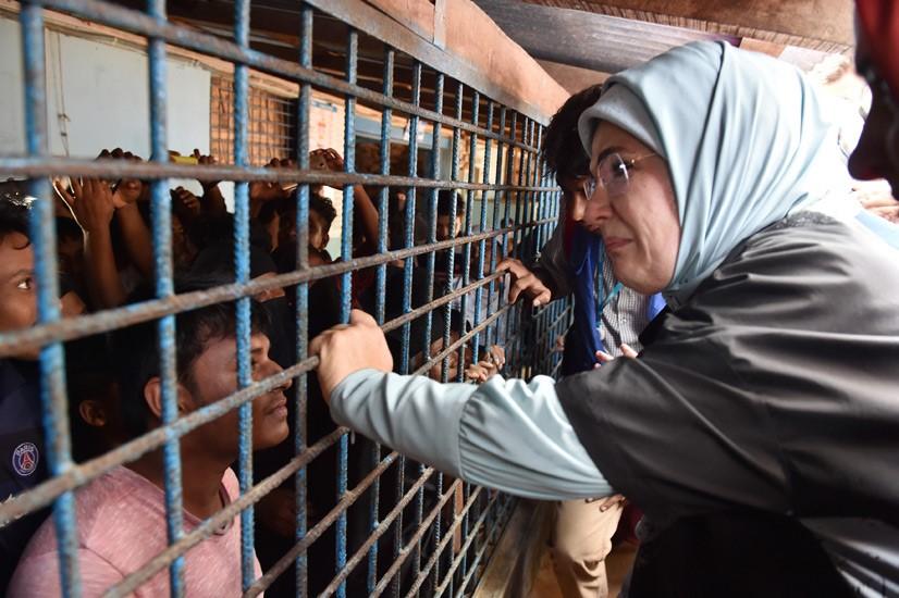 Emine Erdoğan, Arakanlı Müslümanlara Yardım Dağıttı 6