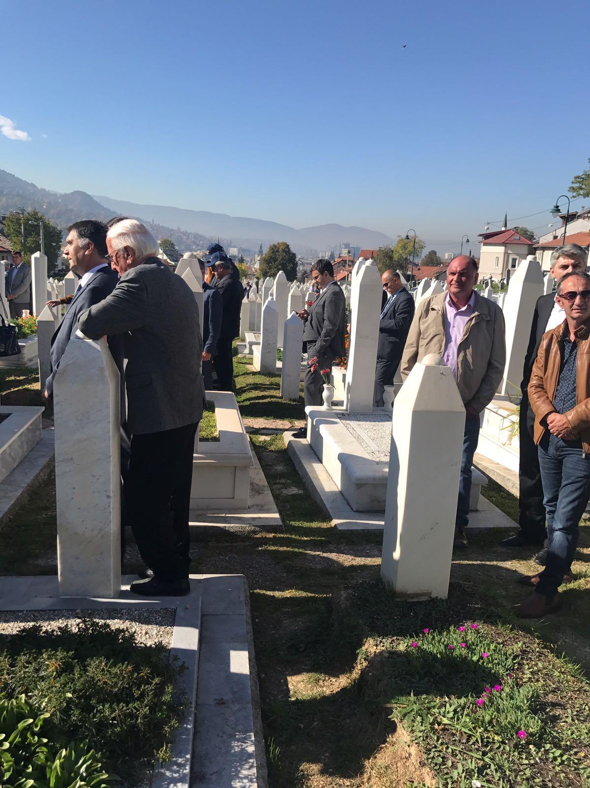Aliya İzzetbegoviç mezarı başında anıldı 10