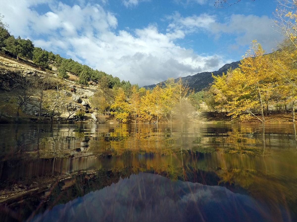 Gizemli gölde sonbahar renkleri büyülüyor 4