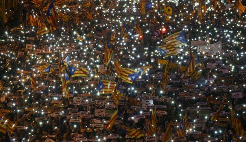 Barselona'da tutuklu Katalan siyasiler için gösteri 12