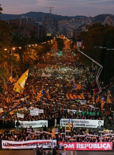 Barselona'da tutuklu Katalan siyasiler için gösteri 13