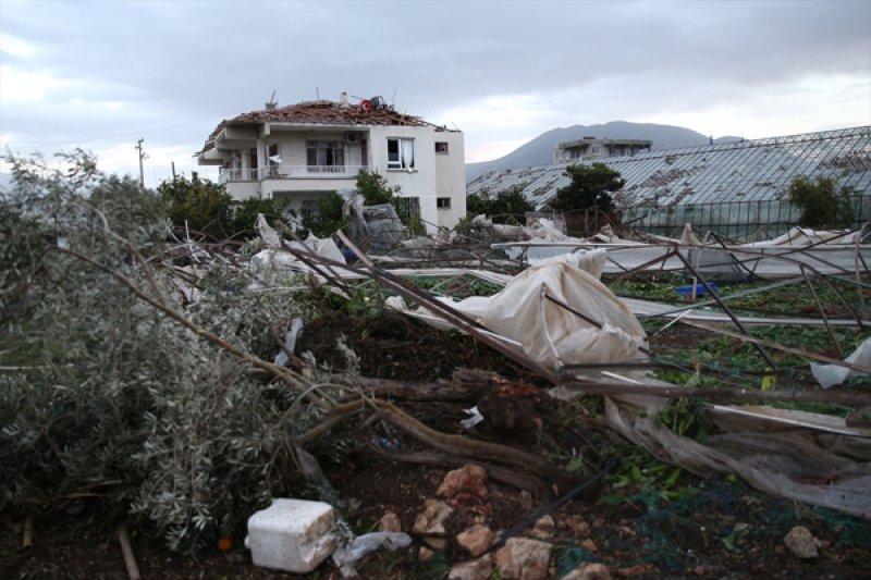 Antalya'da hortum ortalığı savaş alanına çevirdi 16