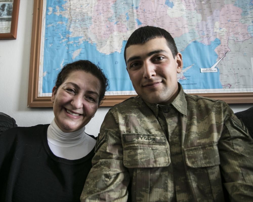 Sanatçılar Zeytin Dalı Harekatı'na destek için sınırda 16