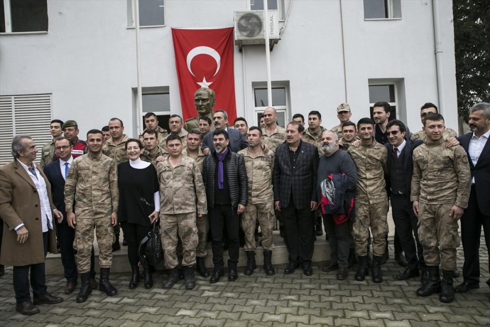 Sanatçılar Zeytin Dalı Harekatı'na destek için sınırda 18