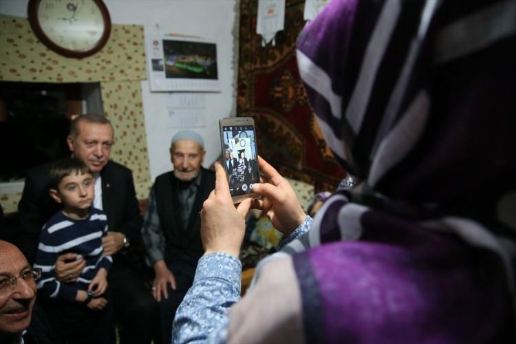 Cumhurbaşkanı Erdoğan, orucunu yer sofrasında açtı 1