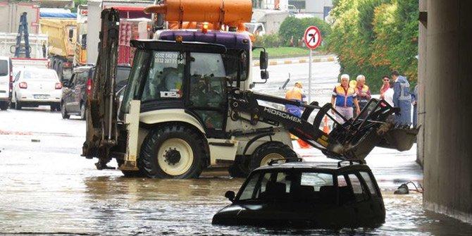 Sancaktepe'de felaket! Alt geçitte araçlar mahsur kaldı