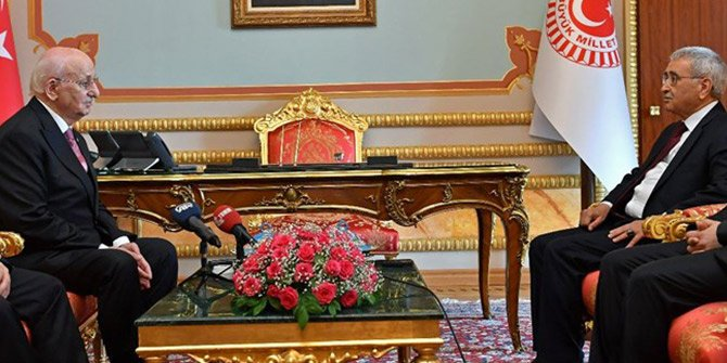 Kahraman Meclis Başkanlığı görevini devretti!