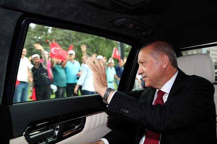 Erdoğan'ı güllerle karşıladılar 1
