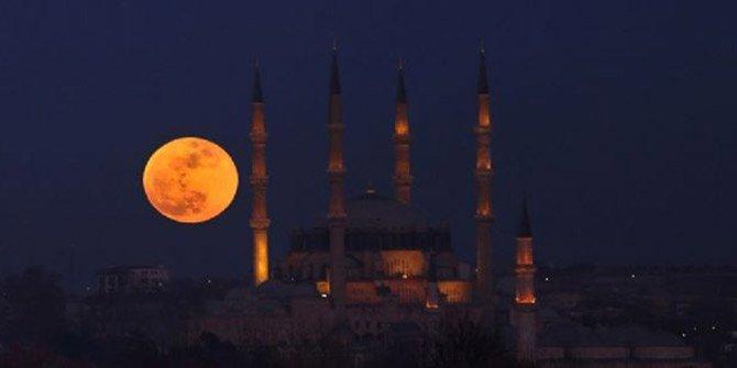 Kızıl rengi ile büyüledi İstanbul'u