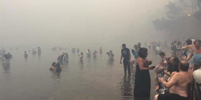Yunanistan'daki yangından kareler, yanmamak için denize koştular
