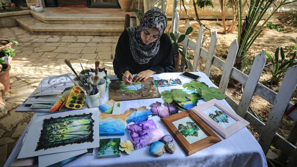 Filistinli genç kız asma yapraklrından sanat harikaları yaratıyor 2