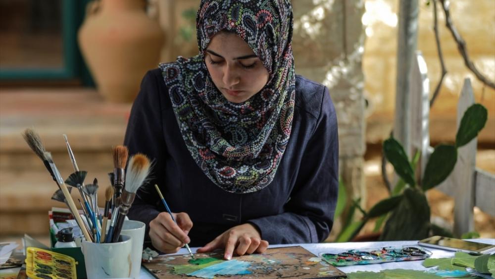 Filistinli genç kız asma yapraklrından sanat harikaları yaratıyor 3