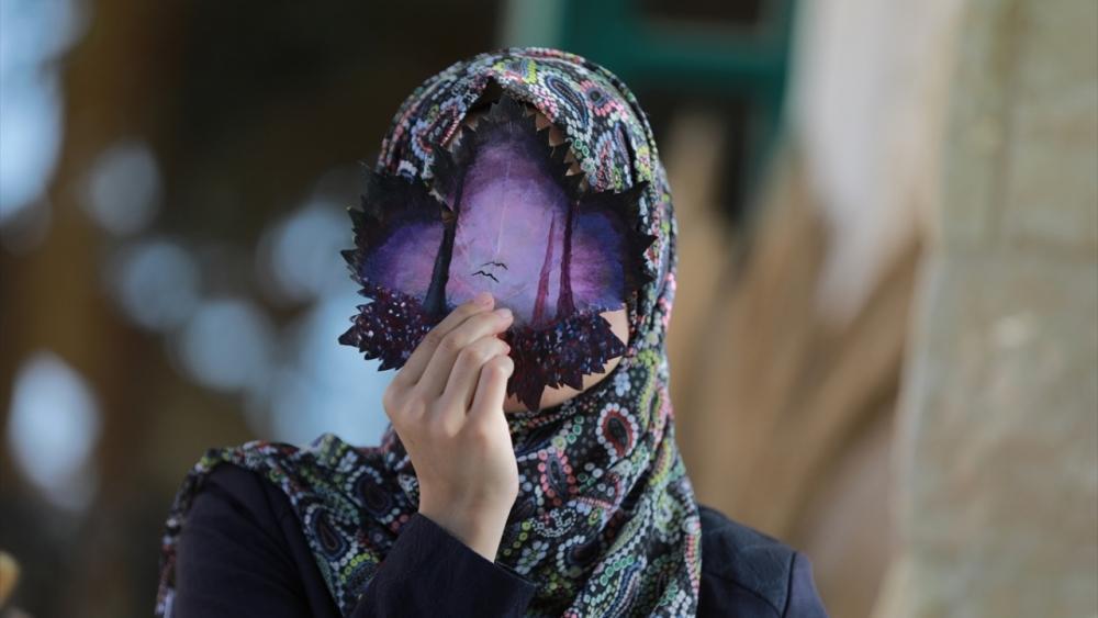 Filistinli genç kız asma yapraklrından sanat harikaları yaratıyor 4