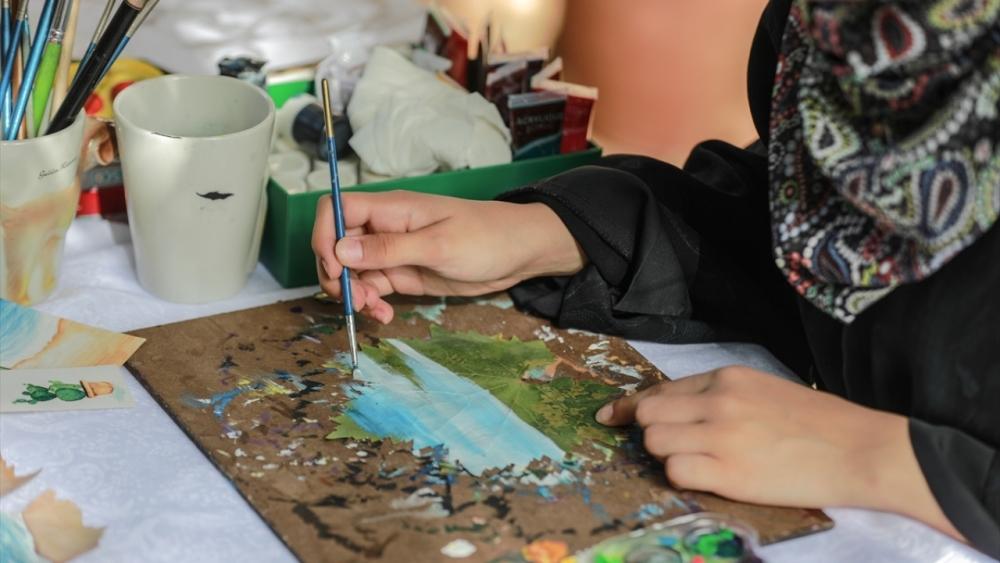 Filistinli genç kız asma yapraklrından sanat harikaları yaratıyor 7