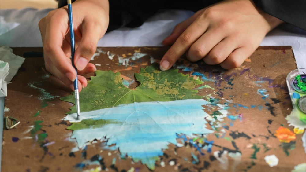 Filistinli genç kız asma yapraklrından sanat harikaları yaratıyor 8