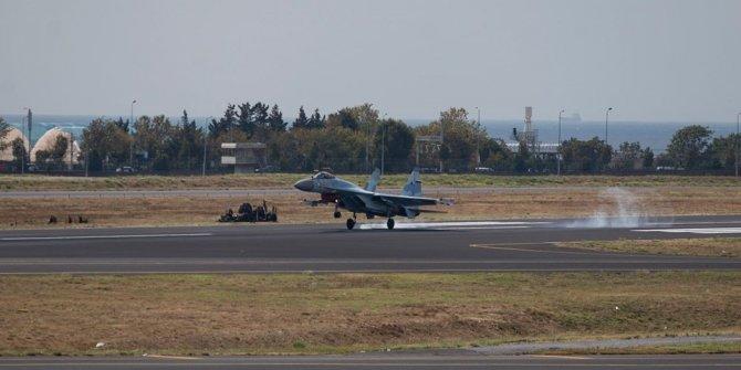 Rus savaş uçağı SU-35 antrenman uçuşu yaptı
