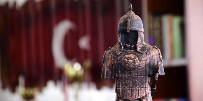 Sultan Alparslan'ın zırhı ve silahlarını mini heykellerle tanıtıyor