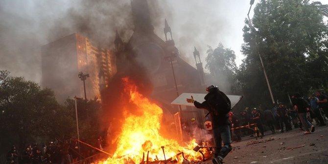 Şili'de göstericiler kiliseyi yaktı