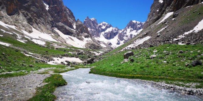 Türkiye'nin ikinci yüksek dağında 4 mevsimi bir arada yaşadılar