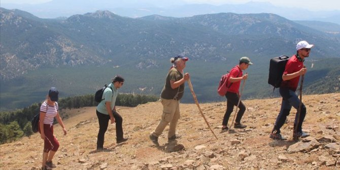 Anamas Dağı'ndaki krater gölü, doğaseverler ile trekking tutkunlarının ilgisini çekiyor