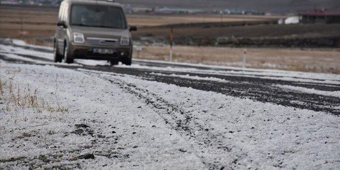 Kars'ta etkili olan dolu kent merkezini beyaza bürüdü