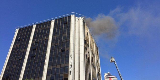 Beşiktaş'ta iş merkezinin çatısında yangın
