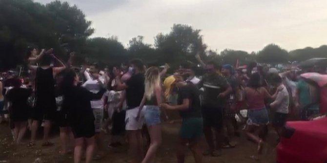 Şile'de festival düzenleyen gençler koronavirüsü unuttu