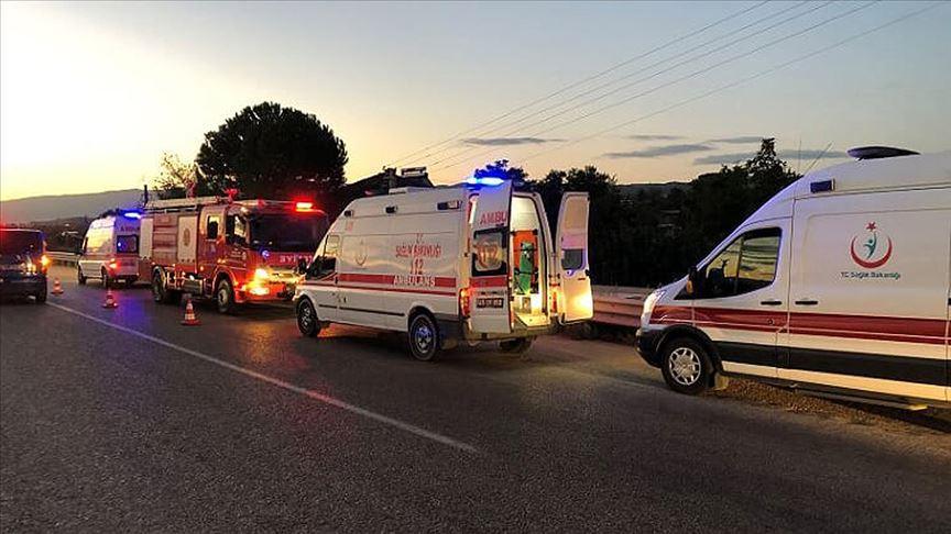 Manisa'da tarım işçilerini taşıyan minibüsle kamyon çarpıştı: 26 yaralı