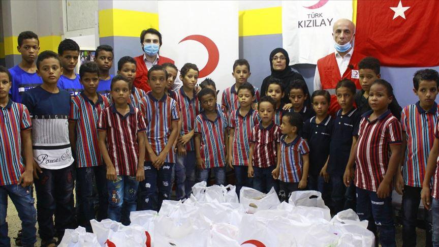 Türk Kızılay Yemenli yetim çocuklara okul kıyafetleri dağıttı
