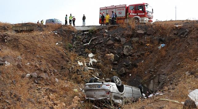 Otomobil dere yatağına devrildi: 2 ölü, 3 yaralı