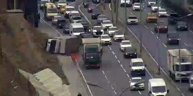 E-5'te kamyonet yan yattı, yoğun trafik oluştu