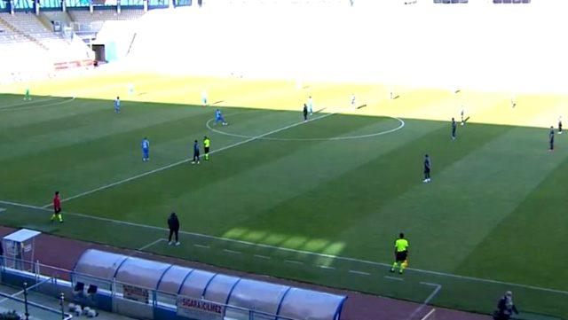Trabzonsporlu futbolcular, hazırlık maçında hakemleri protesto ettiler