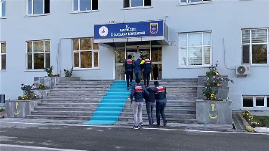 Van'da jandarmanın ikna çalışmaları sonucu PKK'lı 2 terörist teslim oldu