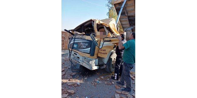 Damperi açık unutulan kamyon mermer tabelaya çarptı: 1 ölü