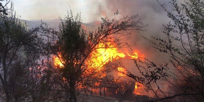 Yangında 3 ahşap ev kullanılamaz hale geldi
