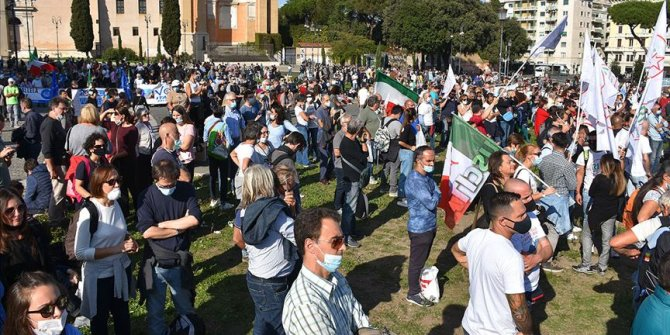 İtalya'da hükümetin Kovid-19 salgınına yönelik tedbirleri tartışma konusu oldu
