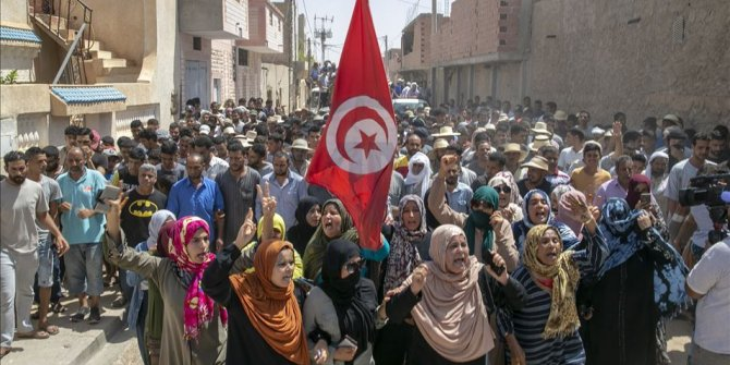 Tunus'da Fransa'nın İslam karşıtı tutumuna protesto