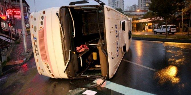 Gaziosmanpaşa'da servis aracı devrildi: 8 yaralı