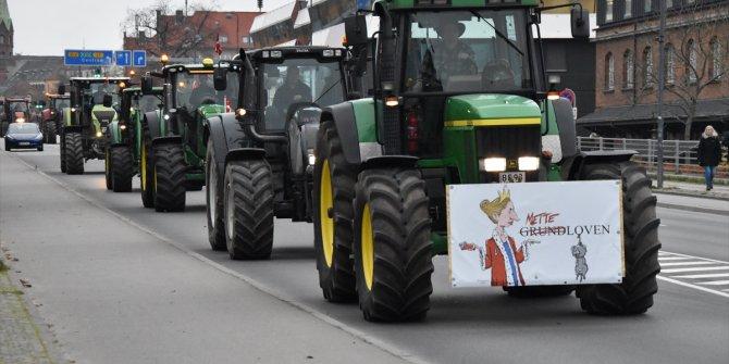 Çiftçiler hükümeti protesto etmek için belediye meydanında gösteri yaptı